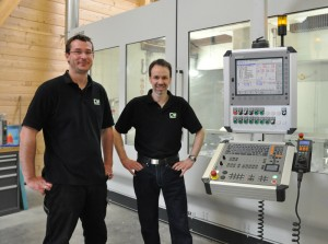 Patrick Meyer (right) and Markus Schwarz (left) are enthusiastic about the perfectly matched tandem of machine and iTNC.